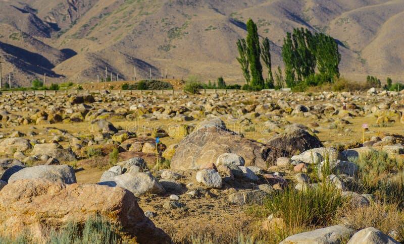 有历史刻在岩石上的文字的古老站点在吉尔吉斯斯坦 免版税库存图片