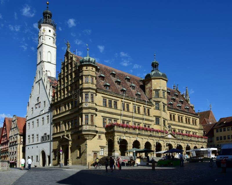 有历史的新生城镇厅的集市广场,在Rothenburg,德国 图库摄影