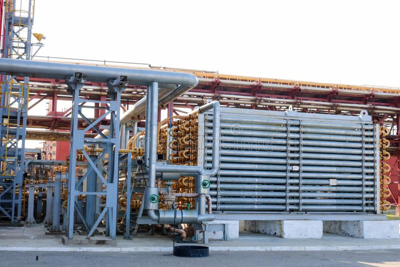 有厚实的墙壁的蓝色筒形反应器高压聚乙烯,石油化学制品,化学制品的生产的在炼油厂的 图库摄影