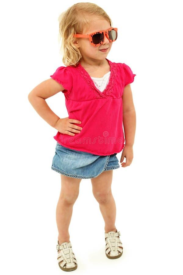 有厚脸皮的态度的可爱的学龄前女孩 免版税库存照片