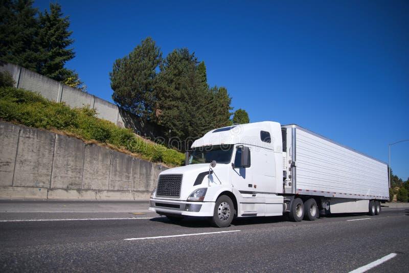 有去在高速公路机智的半收帆水手拖车的大半船具卡车 免版税库存照片