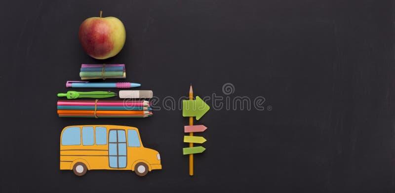 有去由路标的文具的黄色美国学校班车 库存照片