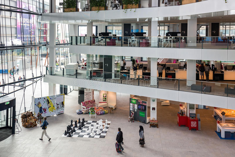 有参观大厦的人的心房荷兰市政厅乌得勒支 免版税图库摄影
