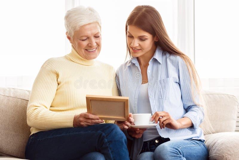 有友好的家庭在家愿意考虑和休息 免版税图库摄影
