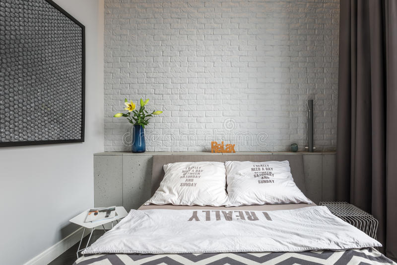 有双人床的舒适卧室 免版税库存照片