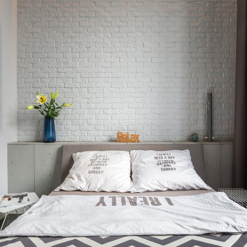 有双人床的舒适卧室 库存图片