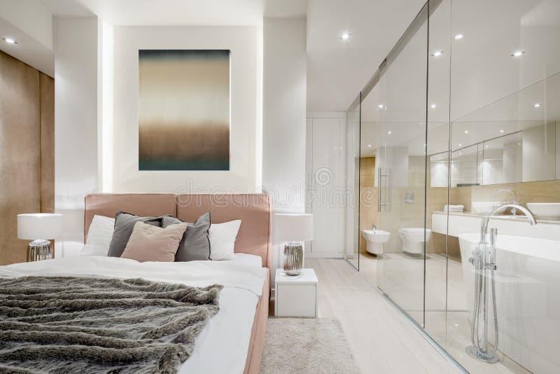 有双人床的豪华卧室 免版税库存照片