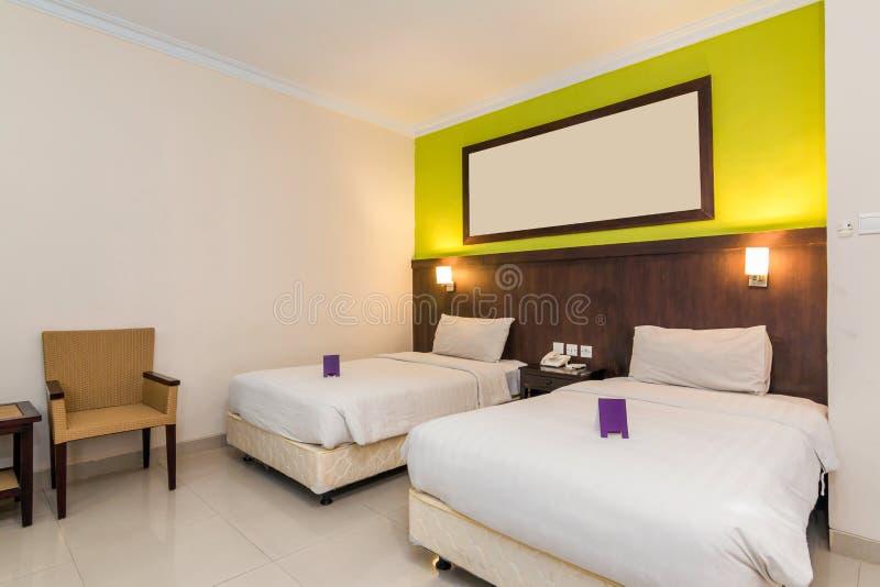 有双人床的超级豪华旅馆卧室 免版税图库摄影
