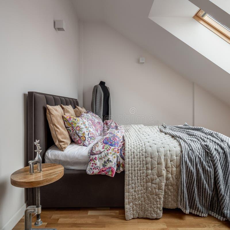 有双人床的顶楼卧室 库存照片