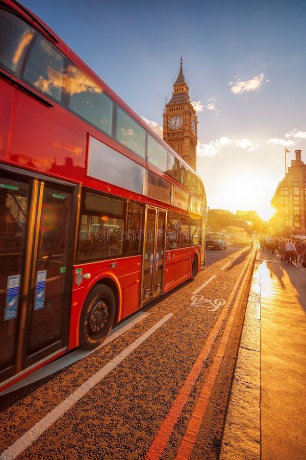 有双层公共汽车的大本钟反对五颜六色的日落在伦敦,英国 免版税库存照片