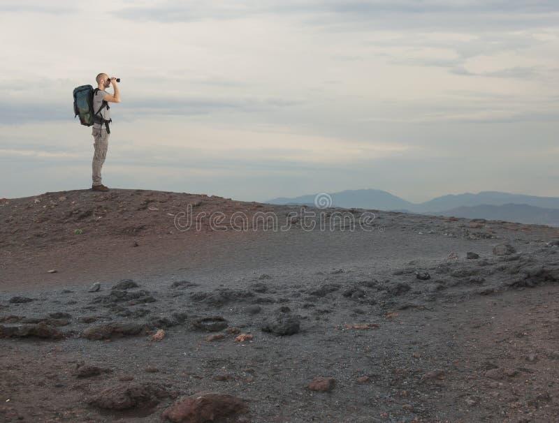 有双眼查寻的探险家某事在沙漠 库存图片