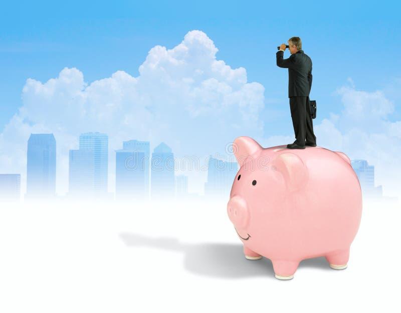 有双筒望远镜的人站立在存钱罐寻找财政成功有城市背景的 免版税库存图片