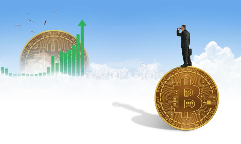 有双筒望远镜的人站立在巨型bitcoin寻找与cryptocurrency的财政成功 免版税库存照片