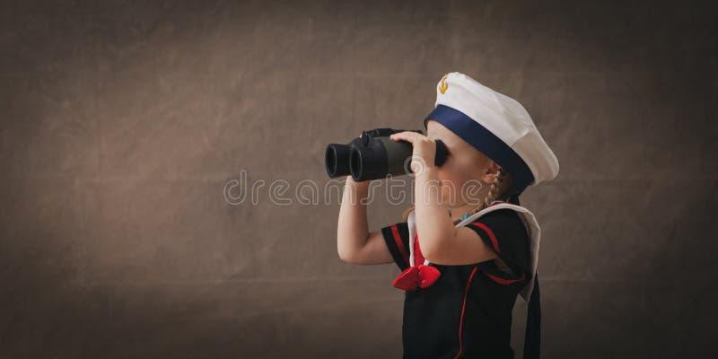 有双筒望远镜的小水手 免版税图库摄影