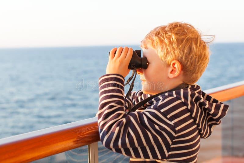 有双筒望远镜的男孩 免版税图库摄影