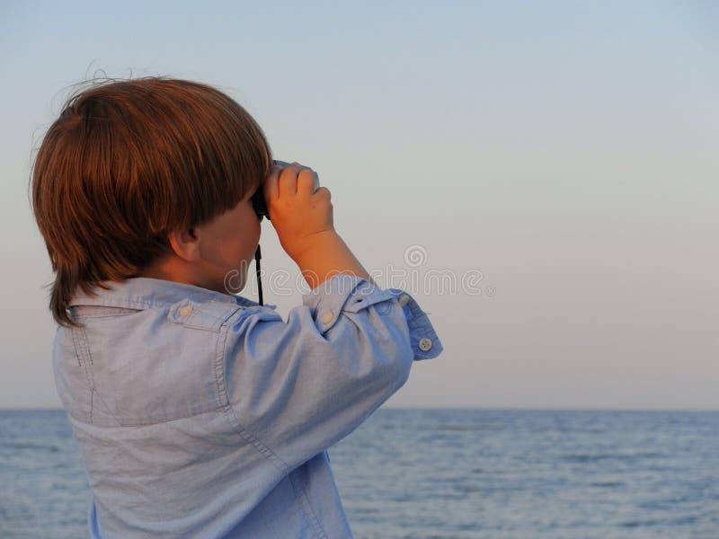 有双筒望远镜的年轻男孩 免版税库存图片