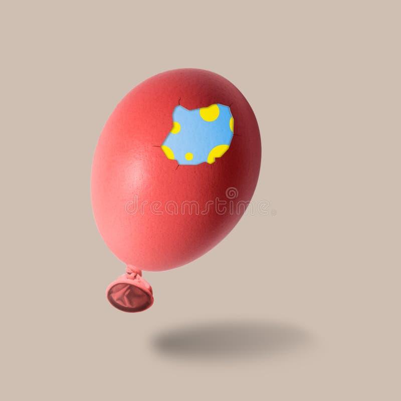 有双重壳的红色复活节彩蛋气球 免版税库存照片