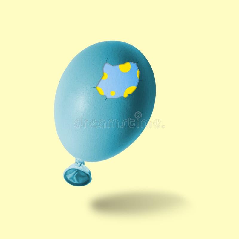 有双重壳的蓝色复活节彩蛋气球 免版税库存图片