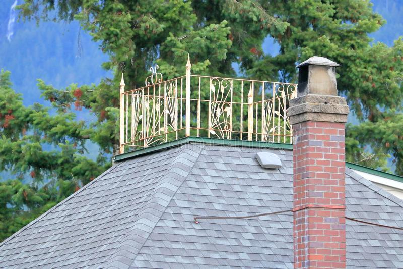 有双重斜坡屋顶的房屋或法国阳台 免版税库存照片