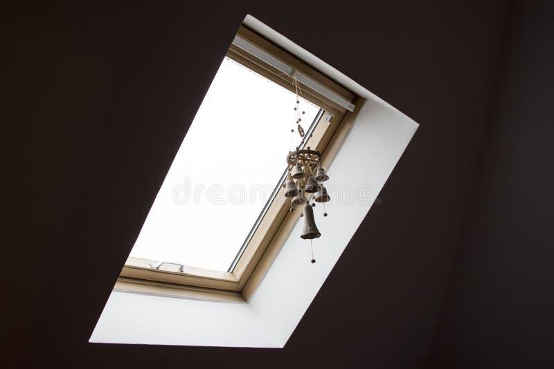 有双重斜坡屋顶的房屋的窗口 图库摄影