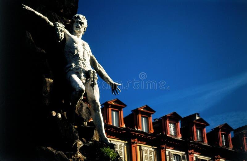 有双重斜坡屋顶的房屋雕象 免版税图库摄影
