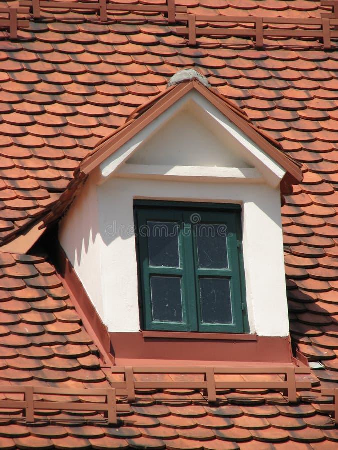 有双重斜坡屋顶的房屋 免版税库存照片