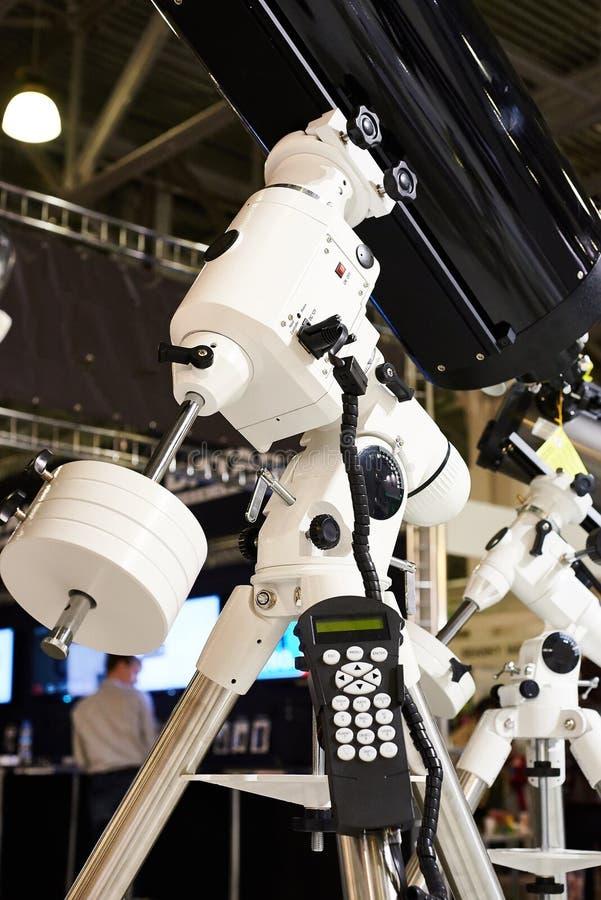 有反射器和控制板的大望远镜 免版税库存图片
