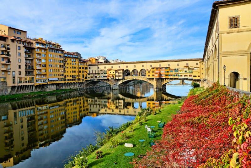 有反射的中世纪蓬特Vecchio在秋天,佛罗伦萨,托斯卡纳,意大利期间 免版税库存照片