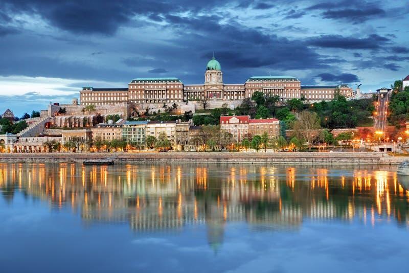 有反射的布达佩斯王宫,匈牙利 图库摄影