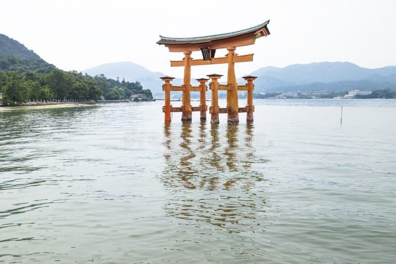 有反射的浮动Torii门在水中在宫岛,日本 库存图片