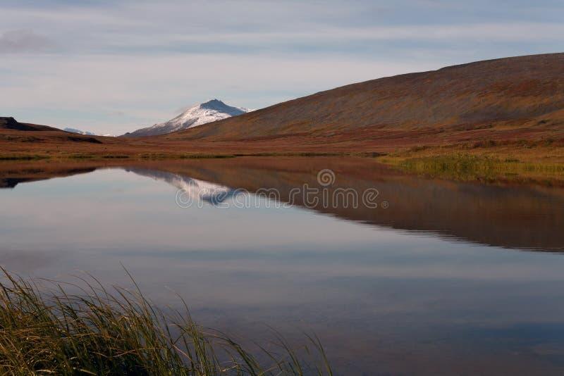 Download 有反射的湖 库存图片. 图片 包括有 红色, 的treadled, 秋天, 反映, 俄国, 寒带草原, 安静 - 62530099