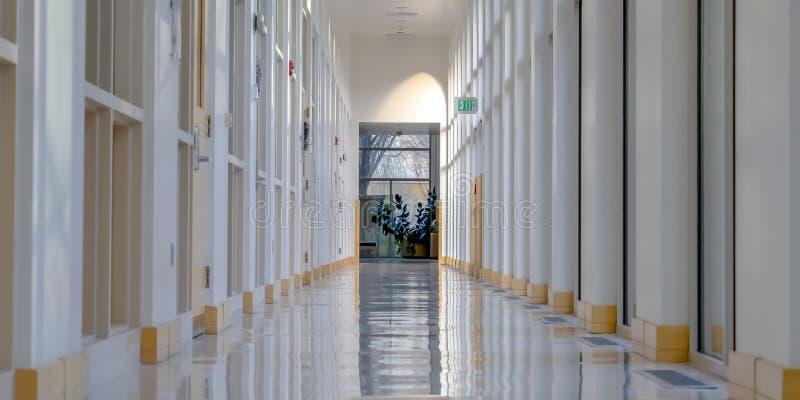 有发光的地板和被日光照射了墙壁的内部走廊 库存照片