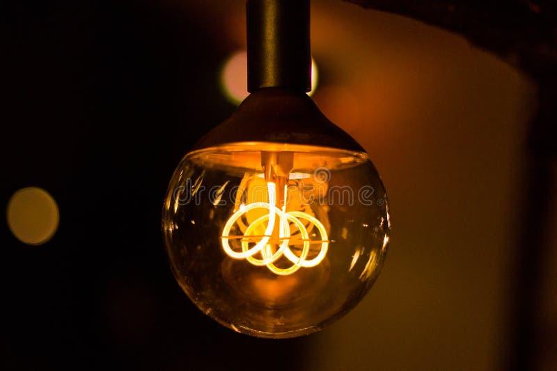 有发光的导线的圆的葡萄酒电灯泡 免版税库存照片