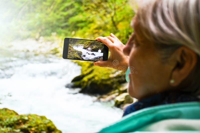 有发光的灰色室外头发照相和的selfies的好可爱的年长成熟妇女 图库摄影