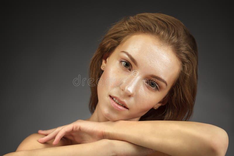 有发光的皮肤的美丽的女孩 免版税库存图片