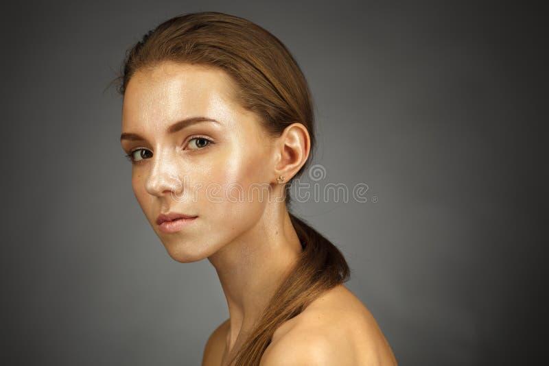 有发光的皮肤的美丽的女孩 免版税图库摄影