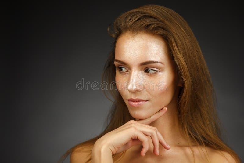 有发光的皮肤的美丽的女孩 免版税库存照片