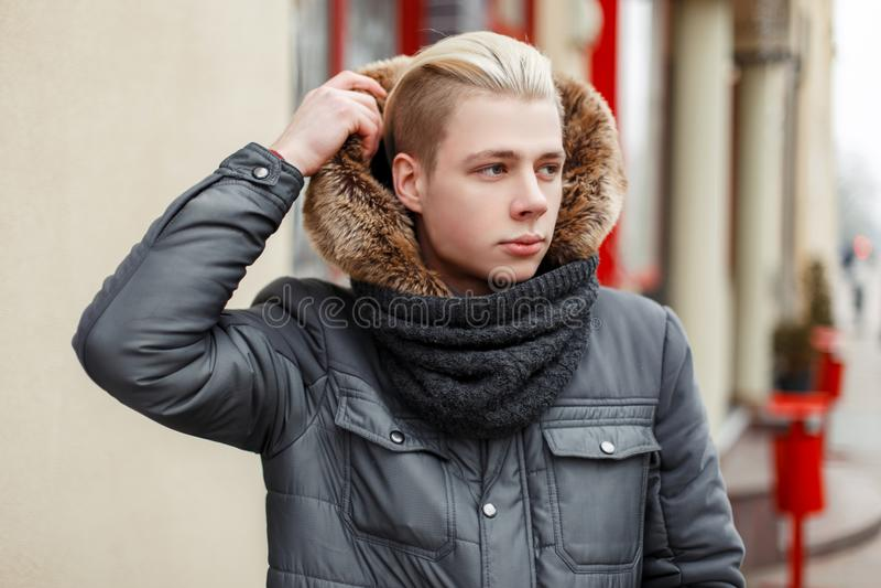 有发型的英俊的时兴的年轻人 免版税库存照片