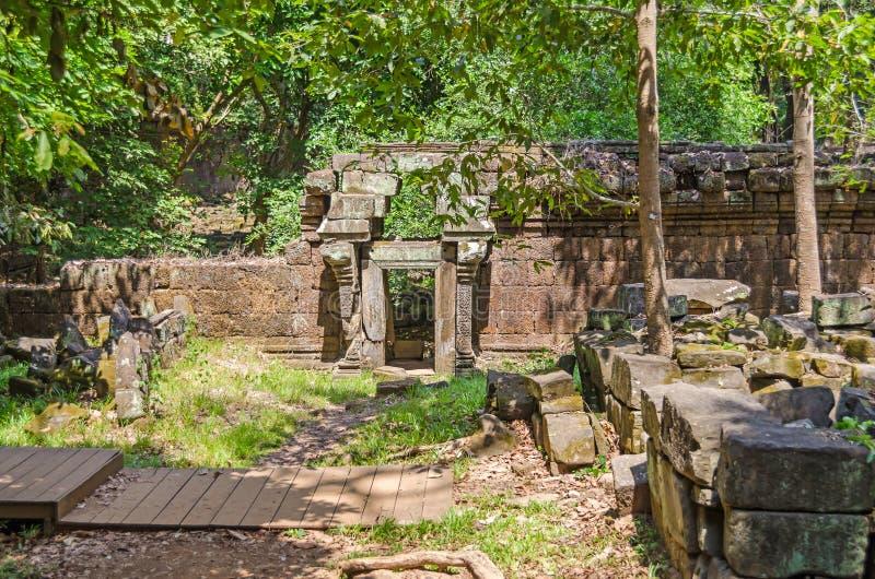 有叠涩拱的被毁坏的墙壁在门上在Phimeanakas在吴哥城 免版税库存照片
