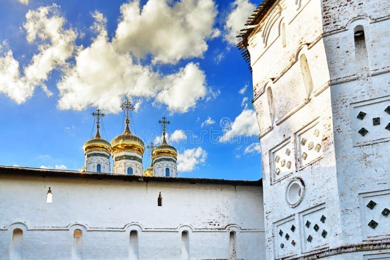 有古老俄国约瑟夫Volotsky修道院的发射孔和圆顶的堡垒墙壁 免版税库存图片