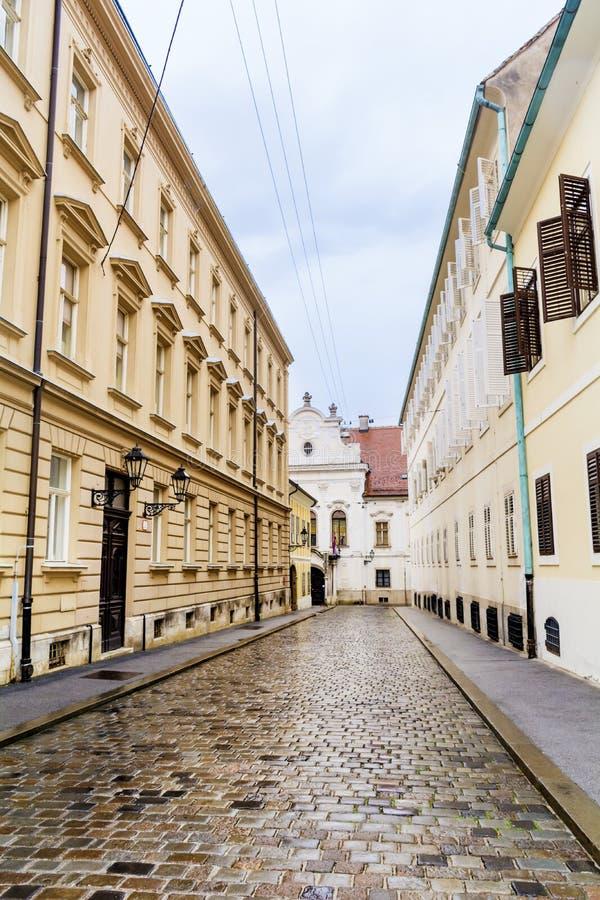 有古色古香的大厦的典型的大街在萨格勒布,克罗地亚 免版税库存照片