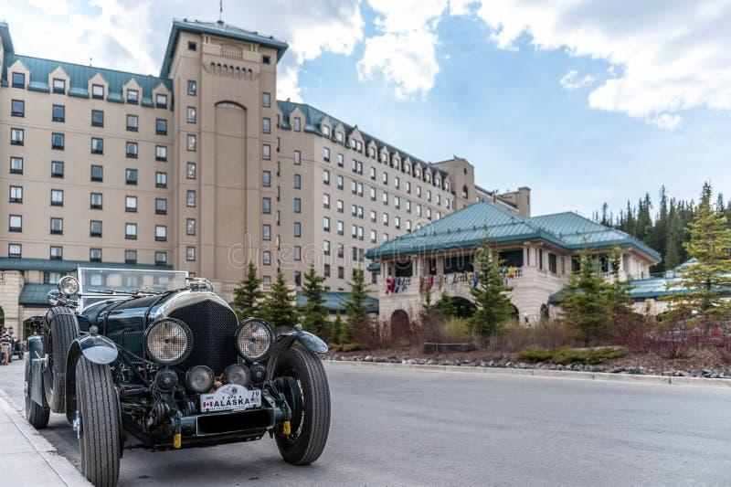 有古董车的路易斯湖城堡酒店旅馆 免版税库存照片
