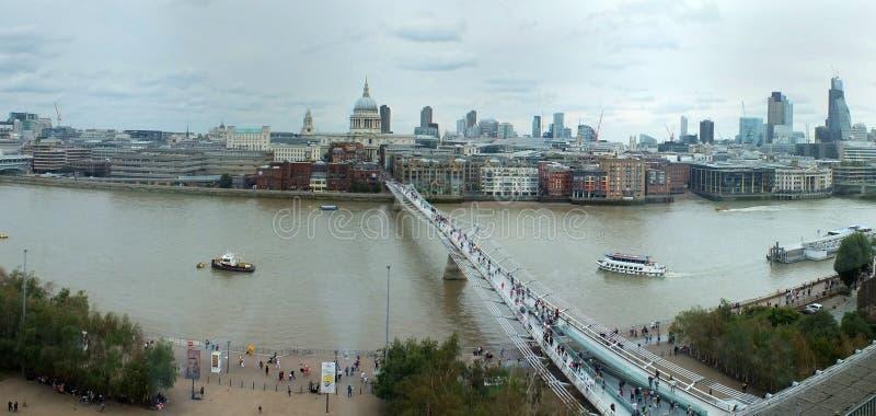 有古迹的伦敦和大厦城市的宽全景鸟瞰图在商业区 免版税库存照片