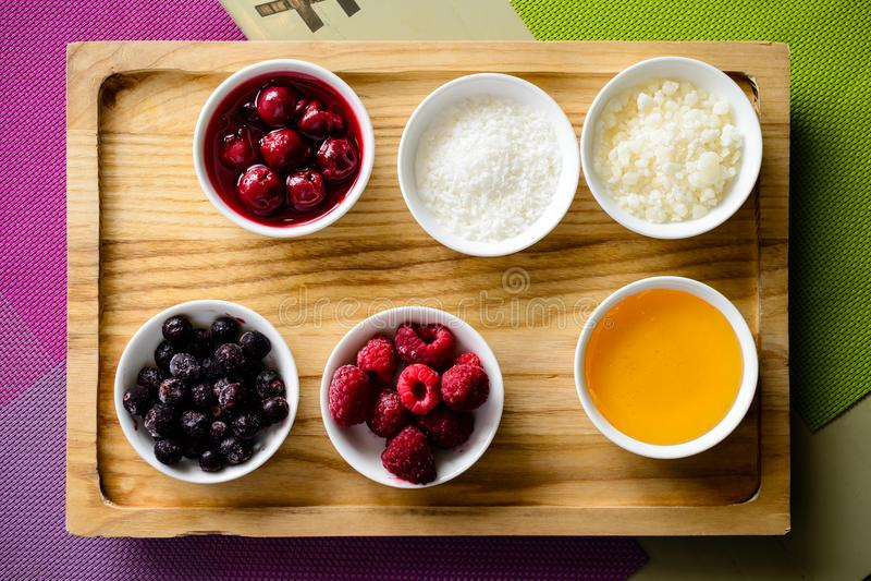 有另外蜜钱的木板:果酱、莓果和凝乳 T 免版税库存图片