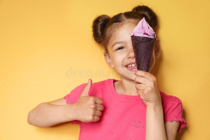 有可口冰淇淋的可爱的女孩 免版税图库摄影
