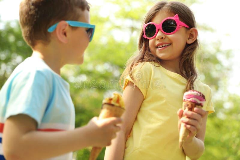 有可口冰淇淋的逗人喜爱的小孩 免版税库存图片