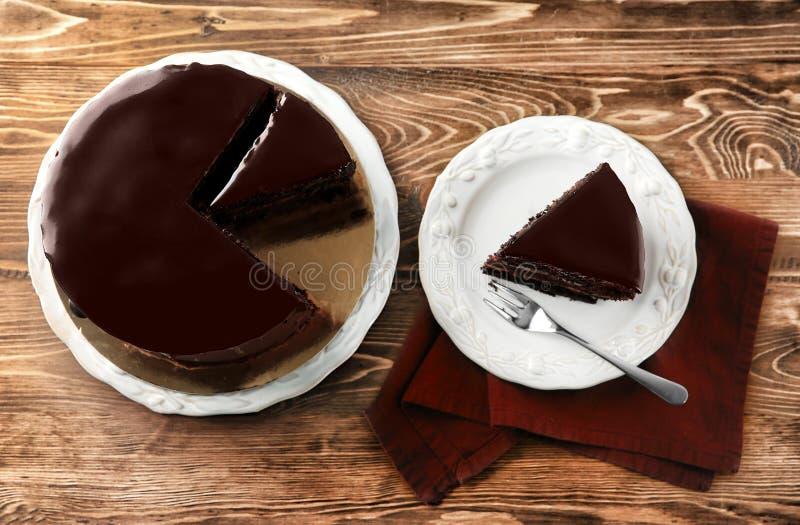 有可口巧克力蛋糕的板材在木背景 免版税库存照片