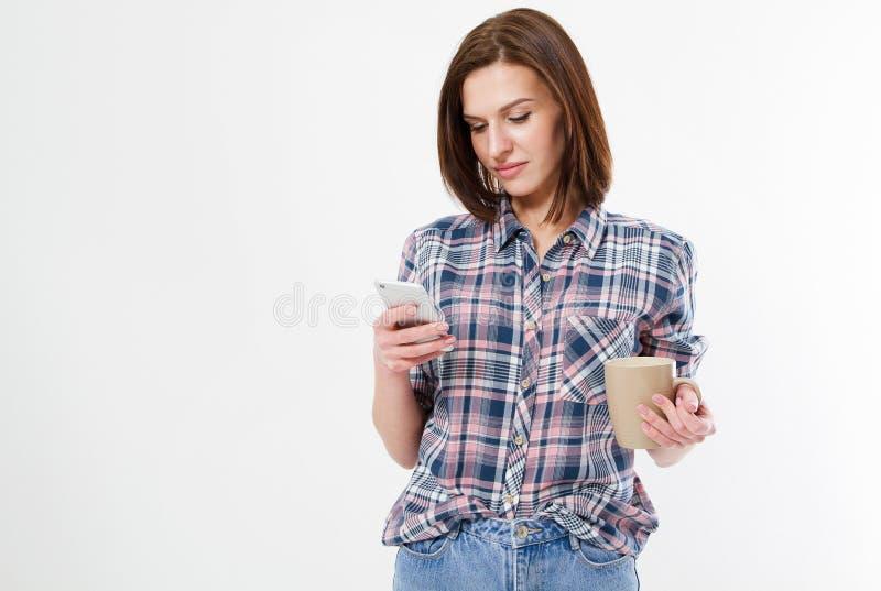 有可口热的饮料读书新闻的浅黑肤色的男人在电话在白色背景的演播室,模型 库存照片