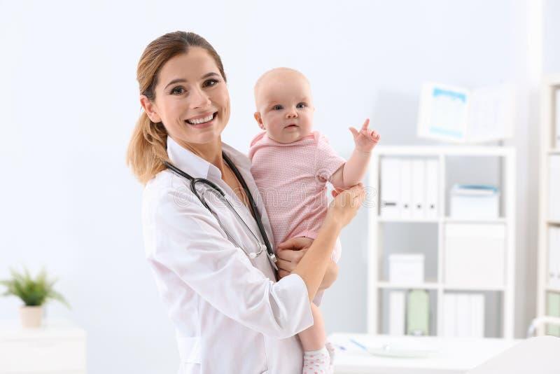 有可爱宝贝的儿童的医生 免版税图库摄影