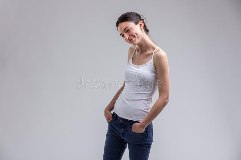 有可爱的笑涡的逗人喜爱的性感的妇女 免版税图库摄影